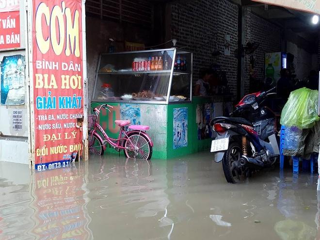 Chùm ảnh: Người Hà Nội mặc áo mưa ăn trưa giữa đường phố ngập lênh láng - Ảnh 10.