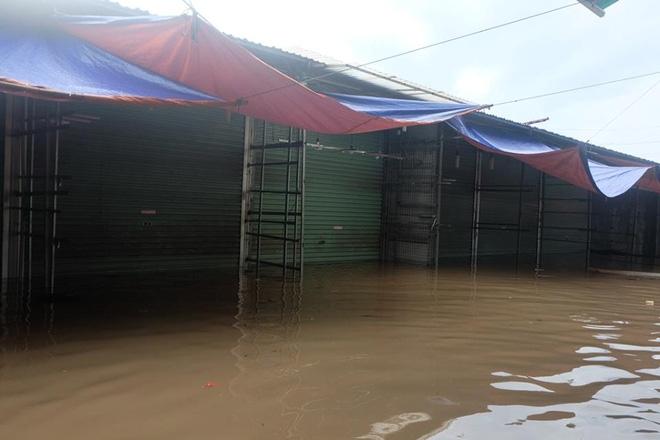 Chợ Nhà Xanh thất thủ, nước ngập sâu hơn 1m sau bão số 2 - Ảnh 3.