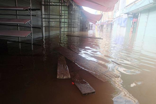 Chợ Nhà Xanh thất thủ, nước ngập sâu hơn 1m sau bão số 2 - Ảnh 4.
