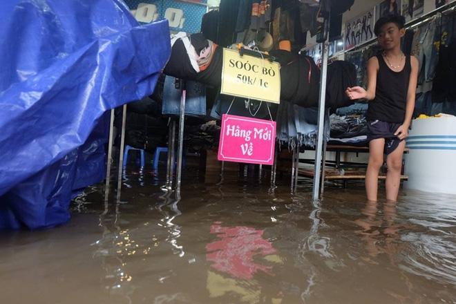 Chợ Nhà Xanh thất thủ, nước ngập sâu hơn 1m sau bão số 2 - Ảnh 7.