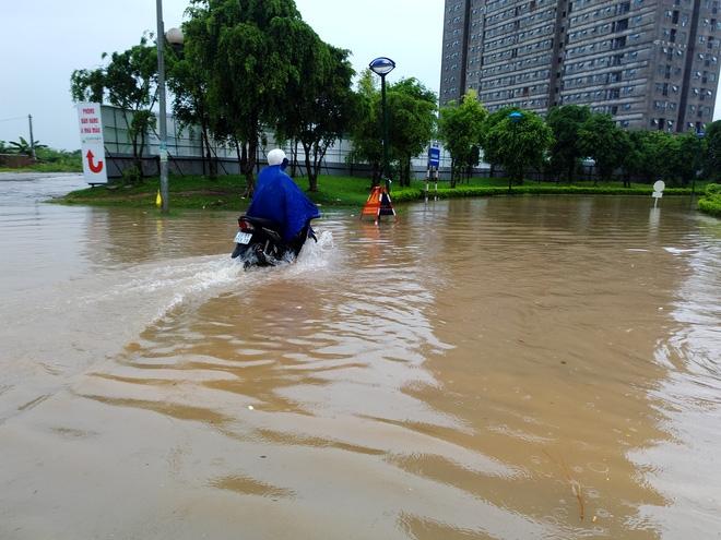 Hà Nội: Nhiều chung cư, khu đô thị bị cô lập vì nước ngập lớn  - Ảnh 6.