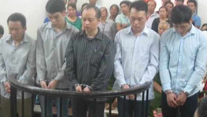 Bị cáo Trần Văn Đương (đứng giữa) tại phiên tòa /// Ảnh Nam Anh