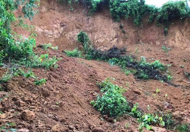 Xuất hiện tình trạng sạt lở đất