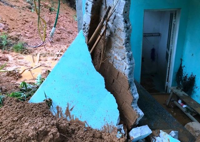 Sát lở đất làm sập nhà dân tại xã Trí Nang