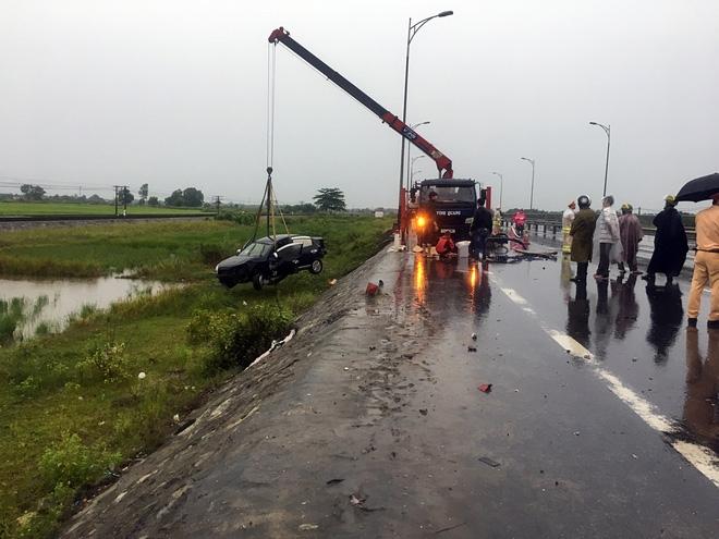 Ô tô lao xuống ruộng sau va chạm kinh hoàng với 2 xe máy, 2 người tử vong - Ảnh 1.