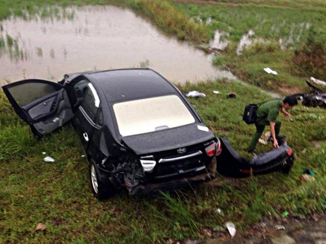 Ô tô lao xuống ruộng sau va chạm kinh hoàng với 2 xe máy, 2 người tử vong - Ảnh 2.