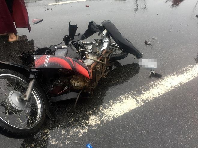 Ô tô lao xuống ruộng sau va chạm kinh hoàng với 2 xe máy, 2 người tử vong - Ảnh 3.