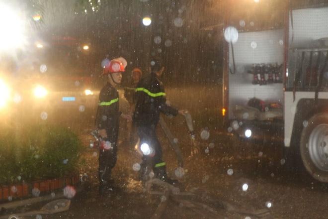 Thanh Hóa: Hàng chục cảnh sát cứu 7 người mắc kẹt trong đám cháy nhà cao tầng - Ảnh 2.