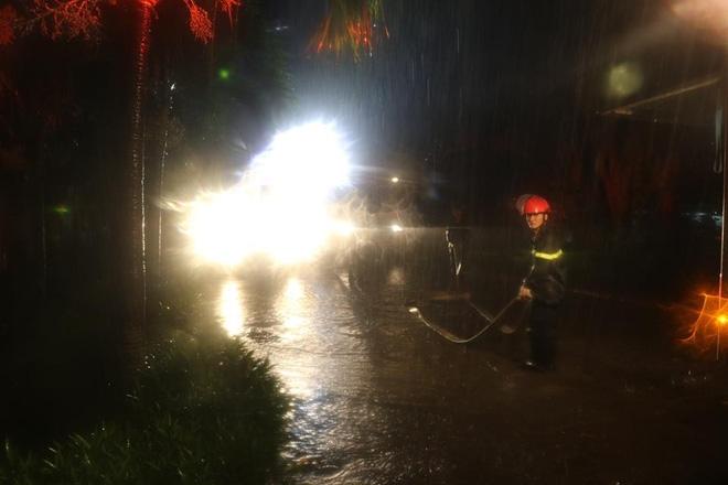 Thanh Hóa: Hàng chục cảnh sát cứu 7 người mắc kẹt trong đám cháy nhà cao tầng - Ảnh 3.