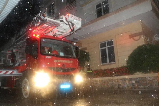 Thanh Hóa: Hàng chục cảnh sát cứu 7 người mắc kẹt trong đám cháy nhà cao tầng - Ảnh 4.
