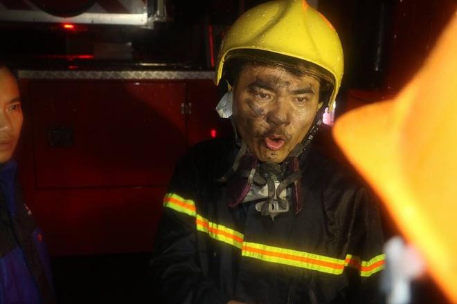 Thanh Hóa: Hàng chục cảnh sát cứu 7 người mắc kẹt trong đám cháy nhà cao tầng - Ảnh 5.