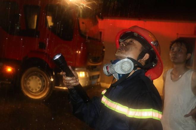 Thanh Hóa: Hàng chục cảnh sát cứu 7 người mắc kẹt trong đám cháy nhà cao tầng - Ảnh 6.