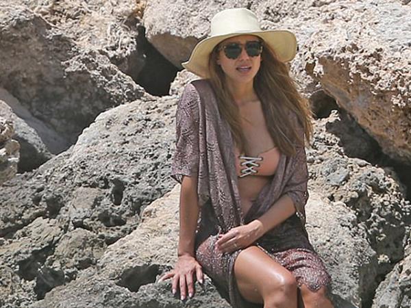 Jessica Alba mang bầu con thứ ba