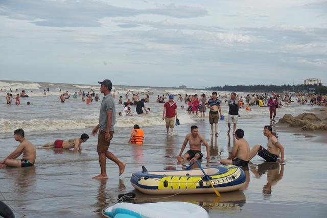 Bất chấp sóng lớn, nhiều du khách vẫn tràn xuống bãi biển Cửa Lò sau cơn bão số 2