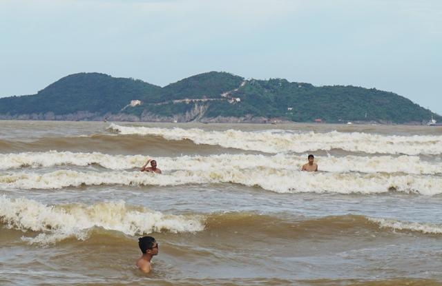 Sóng biển tại Cửa Lò chiều ngày 17/7 cao từ 0,75 đến 1,5m. Hiện tỉnh này vẫn đang thực hiện lệnh cấm biển