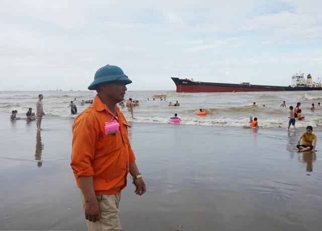 Đội cứu hộ Cửa Lò liên tục đưa ra cảnh báo, nhắc nhở nhưng không thể ngăn du khách xuống biển dù thời điểm này tiềm ẩn rất nhiều nguy cơ mất an toàn
