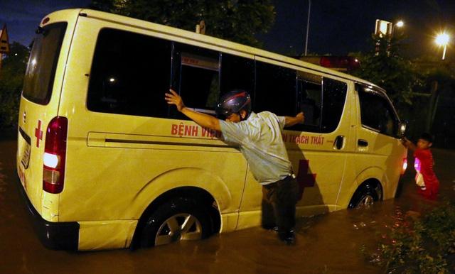 Người dân chung tay giải cứu chiếc xe cấp cứu.