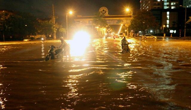 Lối rẽ từ Đại lộ Thăng Long vào Thiên đường Bảo Sơn không khác gì một hồ nước mênh mông.