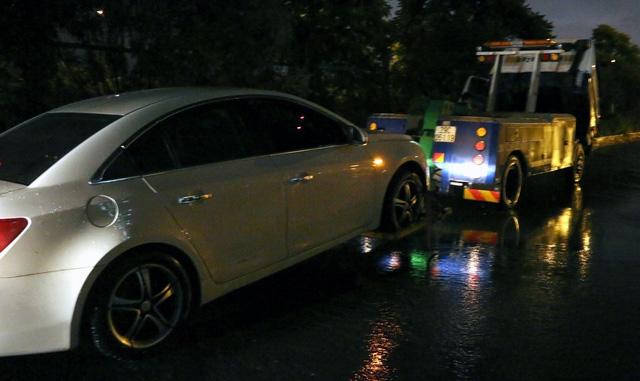 Nhiều ô tô cũng trở thành nạn nhân của mưa ngập.