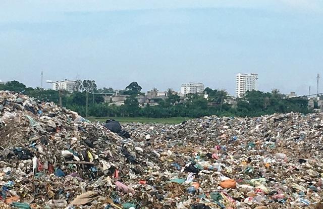 Bãi rác thải nằm cách không xa khu dân cư