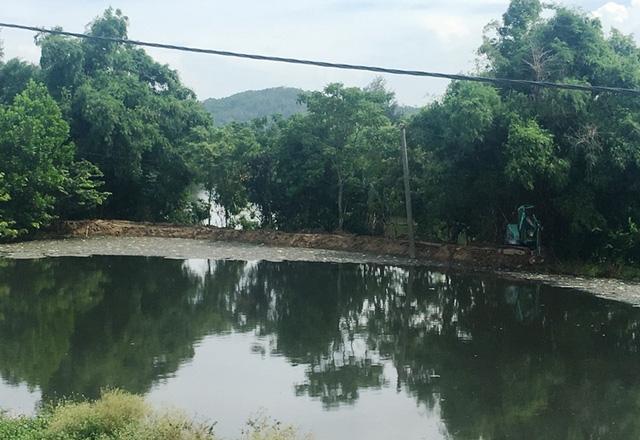 Ao nước nằm trong khuôn viên bãi rác thải...