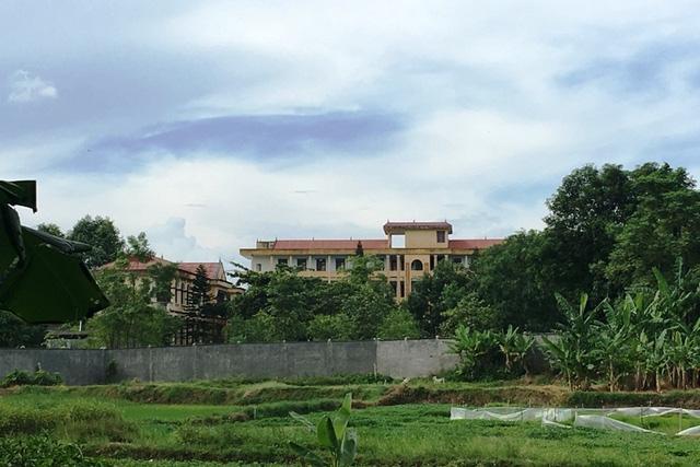 Trường THPT Nguyễn Thị Lợi không xa so với bãi rác