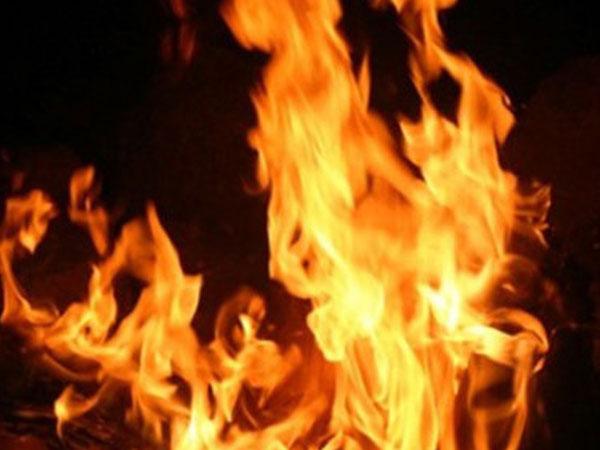 Chồng tưới xăng đốt vợ vì ghen