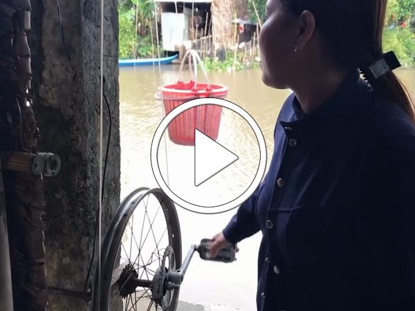 Video Người miền Tây bán hàng qua sông bằng cáp treo tự chế