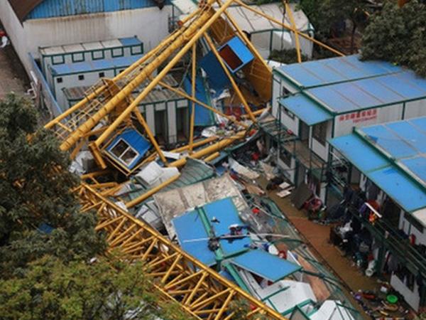 Sập cẩu công trình, nổ bồn nước khu mua sắm,13 người thương vong