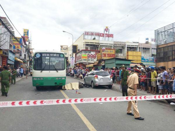 Cửa ô tô bất ngờ mở khiến cô gái chạy xe máy ngã ra đường, bị xe buýt cán tử vong