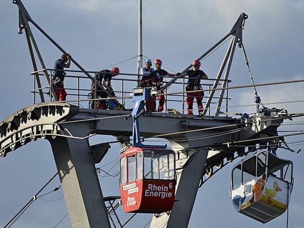 Nghẹt thở giải cứu 100 người mắc kẹt trên cáp treo ở Đức