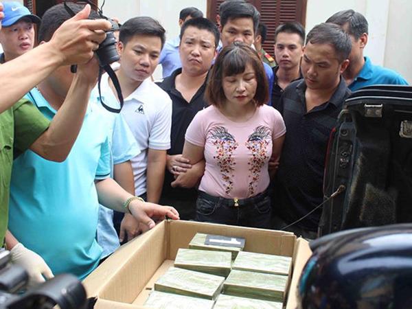 Người phụ nữ lái xe bán tải chở 30 bánh heroin