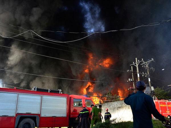 Xưởng cao su ở SG cháy dữ dội, nhiều người lao ra từ biển lửa