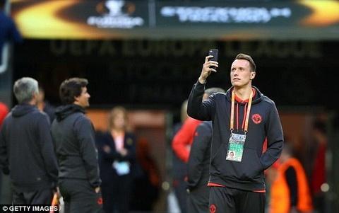 Man Utd tuyên bố kháng án treo giò của Phil Jones