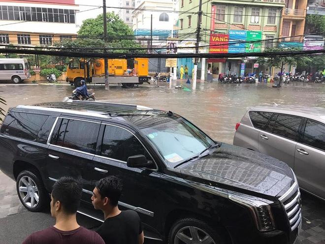 Hà Nội: Mưa cực lớn lúc giữa trưa, nhiều nơi đã ngập trắng - Ảnh 3.