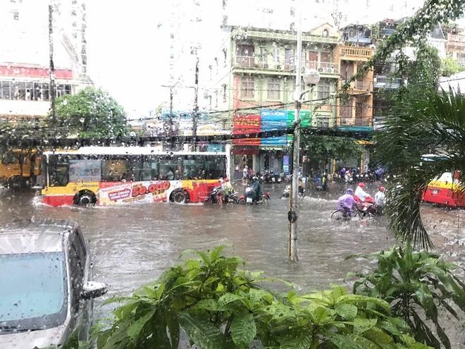 Hà Nội: Mưa cực lớn lúc giữa trưa, nhiều nơi đã ngập trắng - Ảnh 4.