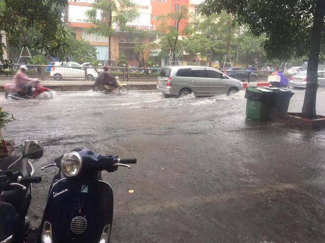 Hà Nội: Mưa cực lớn lúc giữa trưa, nhiều nơi đã ngập trắng - Ảnh 5.