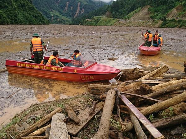 Video Bộ đội dầm mưa tìm kiếm nạn nhân bị lũ cuốn ở Mù Cang Chải