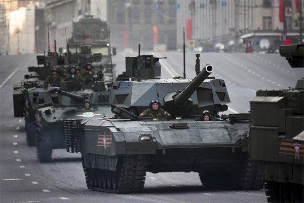 Đoàn xe quân sự Nga, trong đó có xe tăng T-14 Armata mới (giữa) tiến vào Quảng trường Đỏ trong cuộc tổng duyệt binh Ngày Chiến thắng ở Moscow ngày 9/5/2015. (Ảnh: AP)
