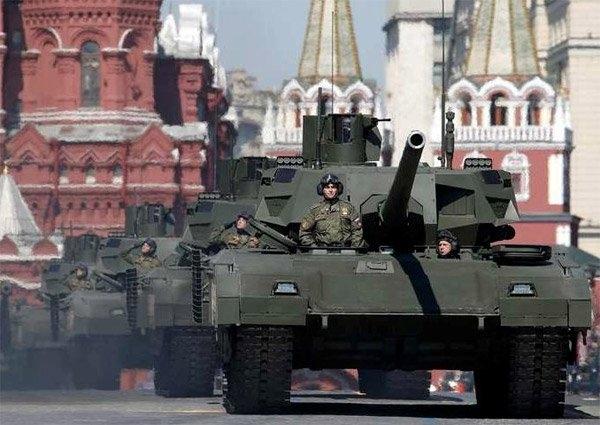 Lính Nga đừng trên nóc xe tăng T-14 trong cuộc duyệt binh Ngày Chiến thắng ở Moscow. (Ảnh: Reuters)