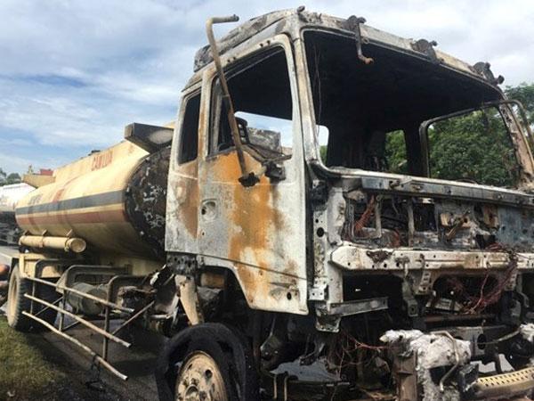 Quốc lộ 1A ách tắc vì xe bồn chở dầu bốc cháy ngùn ngụt