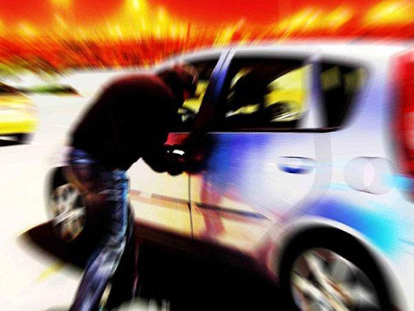Bị mất ôtô khi đỗ bên đường để rút tiền