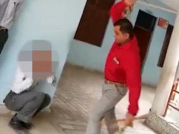 Thầy giáo đánh học sinh mạnh đến gãy cả roi vẫn không chịu dừng lại