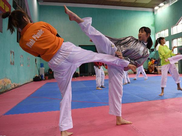 Tuyển taekwondo khổ luyện bằng dụng cụ đặc biệt trước SEA Games