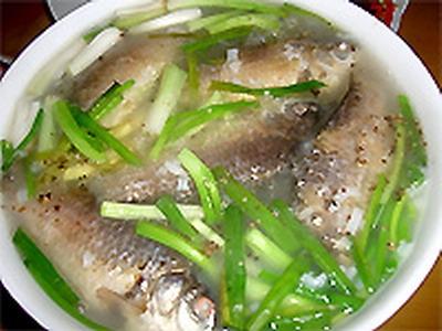 Cá diếc nấu kim anh tử tốt cho người bị suy yếu sinh lý.