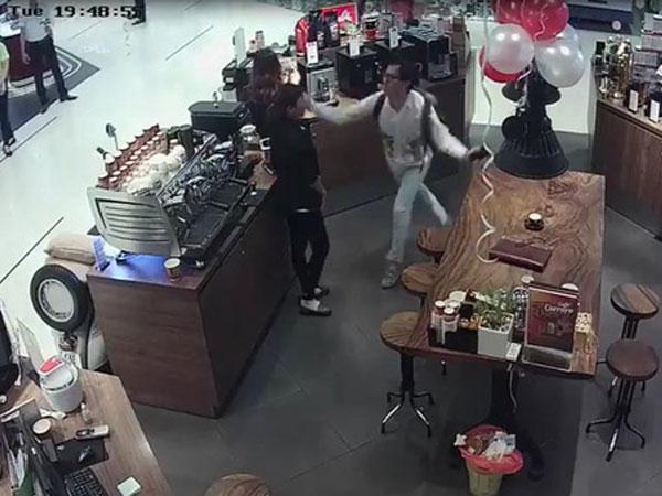 Chủ chuỗi tiệm trà - cafe Khanh Casa nổi tiếng Sài Gòn tát nữ nhân viên bán hàng tại Trung tâm thương mại