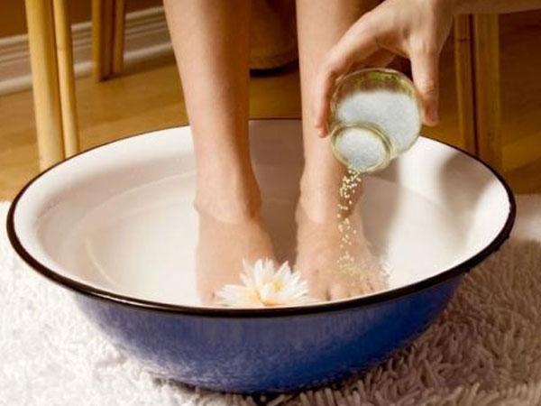 Ngâm chân nước muối, người tiểu đường có thể bị cắt cụt chi