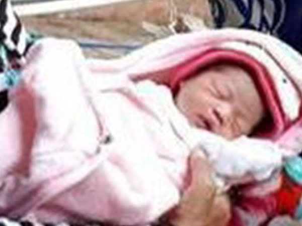 Vớt em bé sơ sinh bị thả trôi trên sông trong chiếc thau