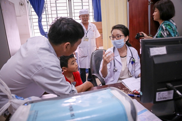 Bác sĩ nói về việc bé trai 4 tuổi bị giật cơ mặt, nháy mắt nhíu mũi: Xem smartphone nhiều là yếu tố khởi phát bệnh - Ảnh 4.