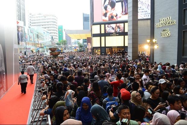 Đám đông 10.000 fan siêu khủng gây náo loạn khu thương mại lớn vì đón Song Joong Ki và 2 nghệ sĩ hạng A - Ảnh 5.